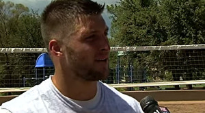 ティム・ティーボウ、Tim-Tebow-football-training-Fox-YouTube
